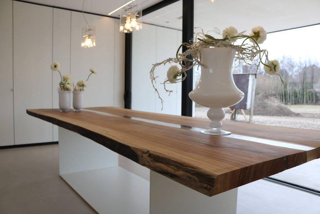 Boomstamtafel met brede epoxy scheur met design wit onderstel