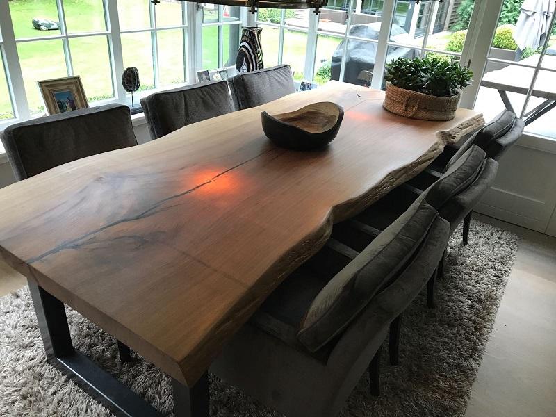 Iroko boomstamtafel met matte epoxy, ruwe speelse afwerking zijkanten