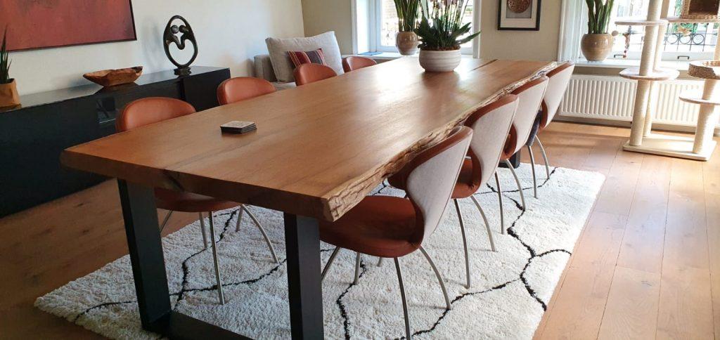 Design woonkamer met boomstamtafel van iroko met epoxy in de scheuren