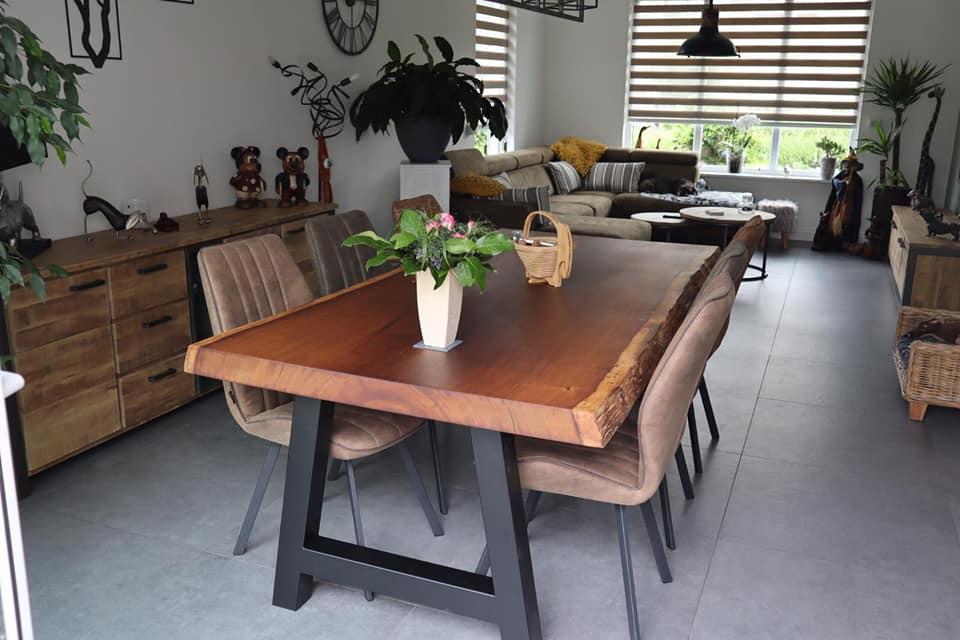 Iroko boomstamtafel in stijlvolle woonkamer